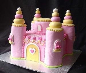torta-di-compleanno-a-forma-di-castello-fatato